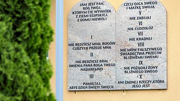 Tablice z dekalogiem na ścianach szkół w całej gminie
