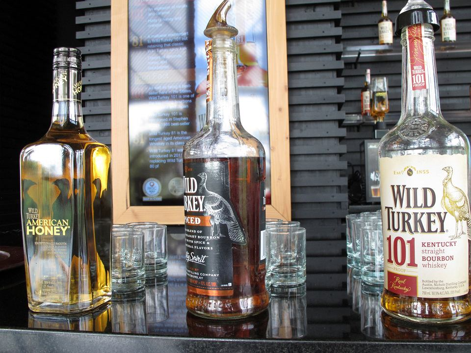 Unia Europejska wprowadza karne cła na amerykańskie produkty, na zdjęciu butelki bourbona w Lawrenceburgu w stanie Kentucky.