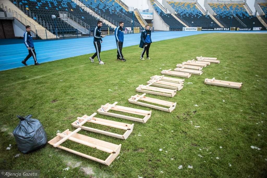 Trumienki na murawie stadionu