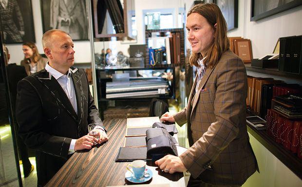 garnitury, gentleman, moda męska, Styl dla gentlemana: garnitur na miarę, Wybór materiału