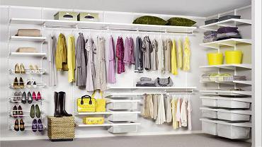 Mało kto może sobie pozwolić na osobną szafę dla każdego domownika. Każdy natomiast może poszukać akcesoriów, które ułatwią przechowywanie drobiazgów i ubrań damskich oraz męskich. Jest w czym wybierać. <BR /> Szafa dla kobiety, fot. Elfa