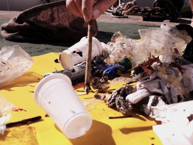 Odpady wyłowione z morza dzięki urządzeniu