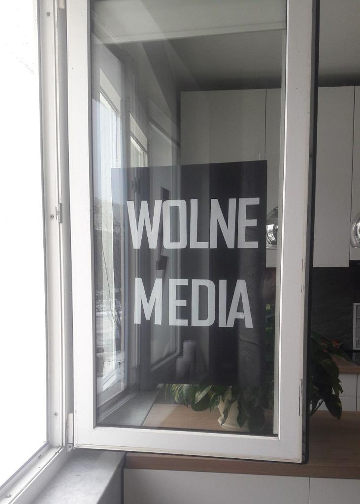 Plakat 'Wolne media' zawieszony w oknie mieszkania czytelników