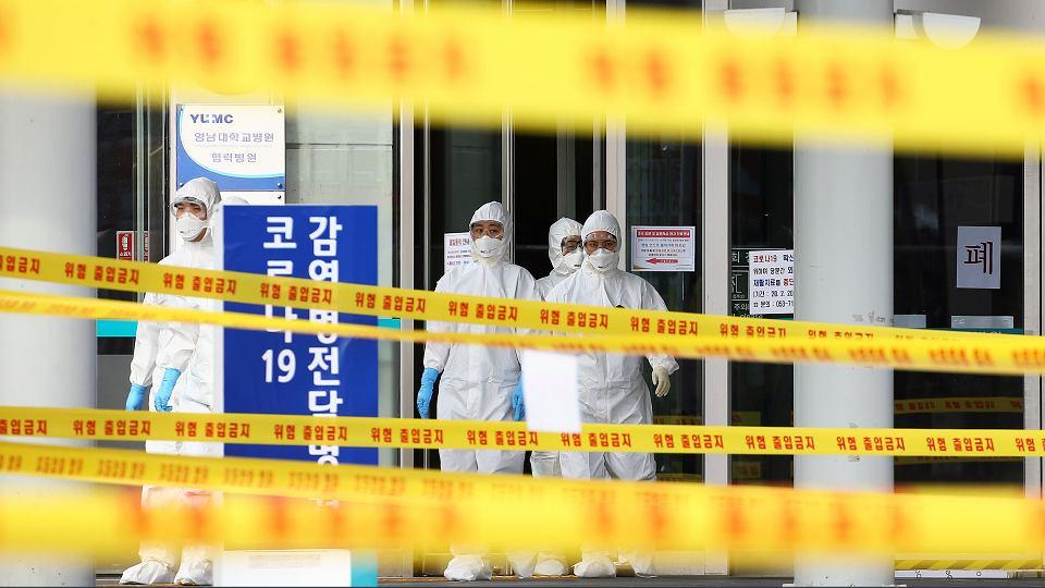 Z powodu koronawirusa w szpitalach coraz częściej dochodzi do kradzieży środków do dezynfekcji, a liczba osób chętnych do oddania krwi spada. Na zdjęciu: Szpital w Daegu, Korea, 1 marca 2020