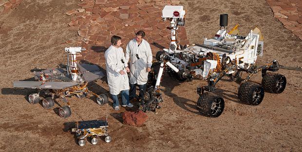 Równanie rozmiarów łazików - Sojourner , MER i Curiosity. Perseverance wielkością jest zbliżony do Curiosity (zdjęcie z 2011 roku)