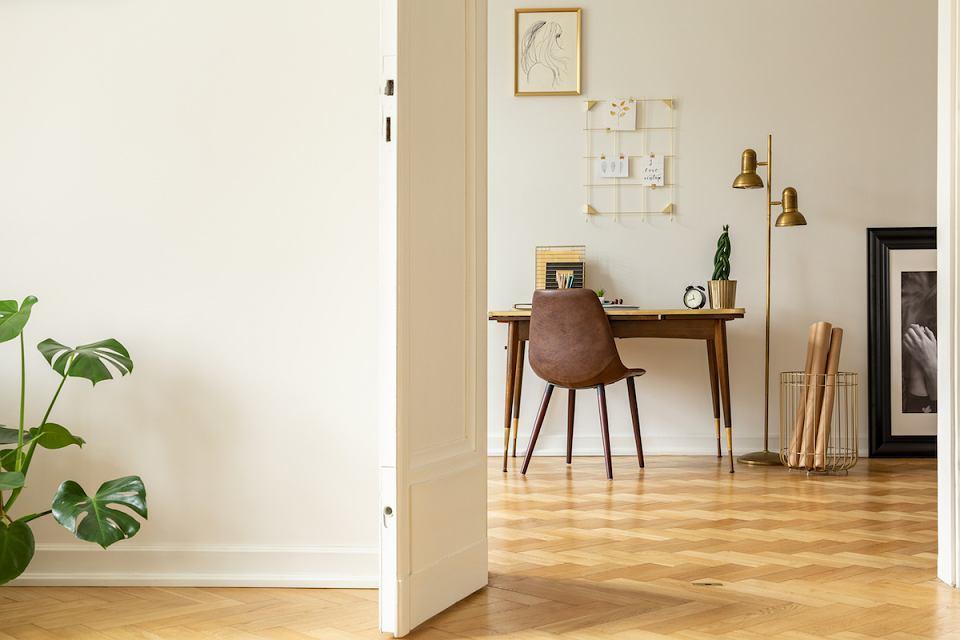 Drewniane biurko o ponadczasowej stylistyce.