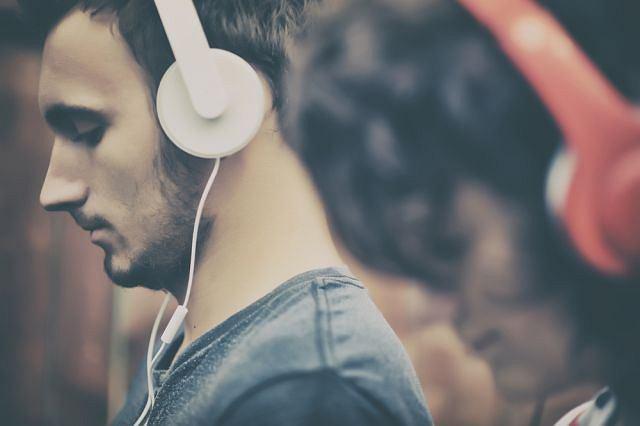 Badacze ustalili, jakie cechy utworów muzycznych mogą działać antydepresyjnie