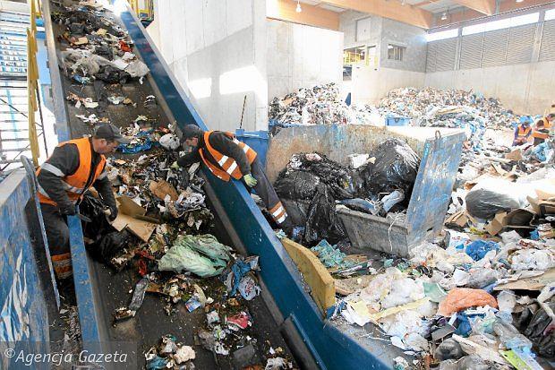 Wysypiska śmieci miały już nie płonąć. Firmy narzekają na nowe przepisy: absurdalne wymogi