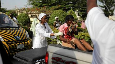 Pielęgniarka opatruje ofiarę wybuchu bomby w Abudży, 14 kwietnia 2014 r.