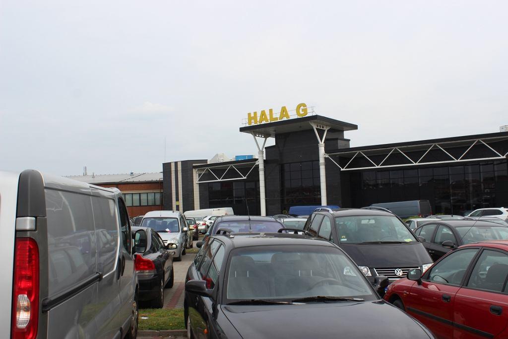 Parking przed centrum handlowym Ptak (fot. Bartosz Józefiak)
