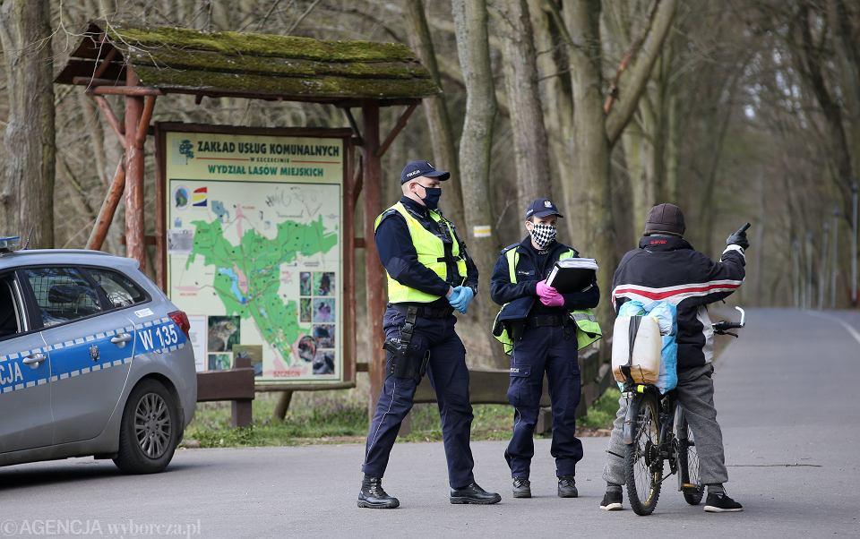 Z powodu epidemii koronawirusa obowiązuje zakaz wchodzenia do lasu . Policja patroluje wjazdy do terenów leśnych.