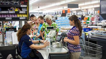 Jak się zachowywać w sklepowej kolejce? Specjalistka zdradza zasady savoir-vivre na zakupach