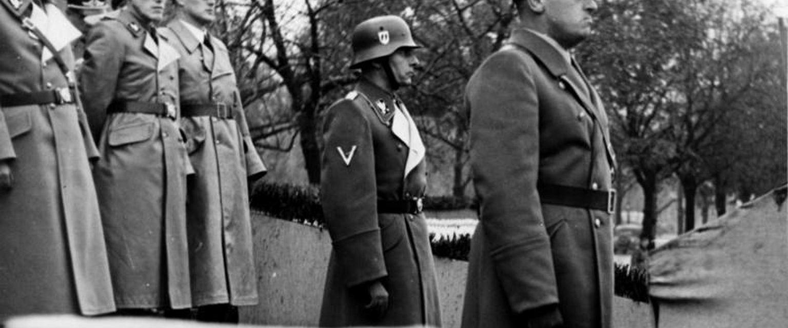 Hans Frank (z prawej) podczas parady policyjnej w okupowanym Krakowie, 1939 r. (fot. Bundesarchiv, Bild 121-0267 / CC-BY-SA 3.0)