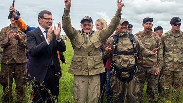 97-letni weteran powtórzył swój skok na spadochronie z czasów II WŚ