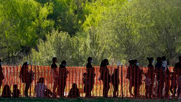 Migranci na amerykańskim obszarze kontroli celnej i granicznej w Mission w Teksasie
