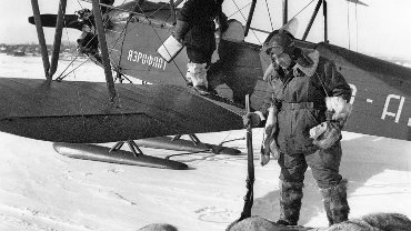 W Związku Radzieckim popularne były polowania na wilki z samolotu. Na zdjęciu pilot Igor Rachimow i myśliwy Siergiej Gorbunow z dwoma zastrzelonymi w ten sposób wilkami w Autonomicznej Republice Tatarskiej, w 1956 r. Polska Ludowa w tępieniu wilków ściśle naśladowała radzieckie wzorce.