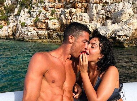 Cristiano Ronaldo obejmuje półnagą Georgine Rodriguez. Czułe zdjęcie pary