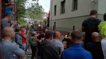 Mrowiny - zabójstwo 10-letniej Kristiny. Tłumy pod prokuraturą w Świdnicy, gdzie przesłuchiwany jest podejrzewany o popełnienie zbrodni