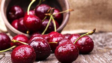 Czereśnie przypominają wyglądem wiśnie, ale są od nich znacznie słodsze. Owoce mogą mieć barwę żółtą, czerwoną, aż do ciemnoczerwonej, niemal czarnej.