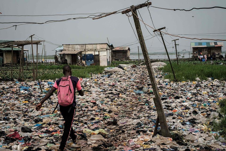 Afrykańskie kraje na różne sposoby walczą z plastikiem. Na zdjęciu: plastikowe odpady pokrywają bagienne tereny w okolicach Lagos. Za jakiś czas mają wyrosnąć na nich domy