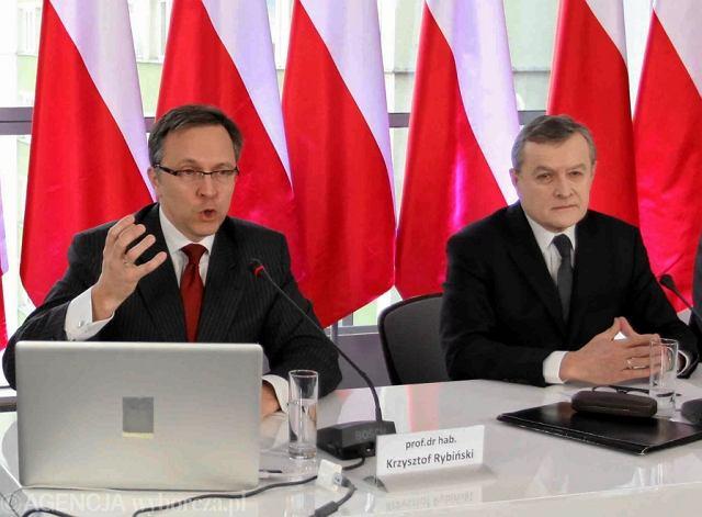 Prof. Krzysztof Rybiński (po lewej) i prof. Piotr Gliński - kandydat PiS na premiera rządu technicznego podczas konferencji eksperckiej -