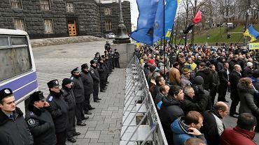 W poniedziałek w Kijowie nie dochodziło już do starć z policją, jak w niedzielny wieczór