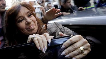 Była prezydent Argentyny, a dziś senator Cristina Kirchner w drodze na przesłuchanie w sądzie, Buenos Aires, 13 sierpnia 2018 r.