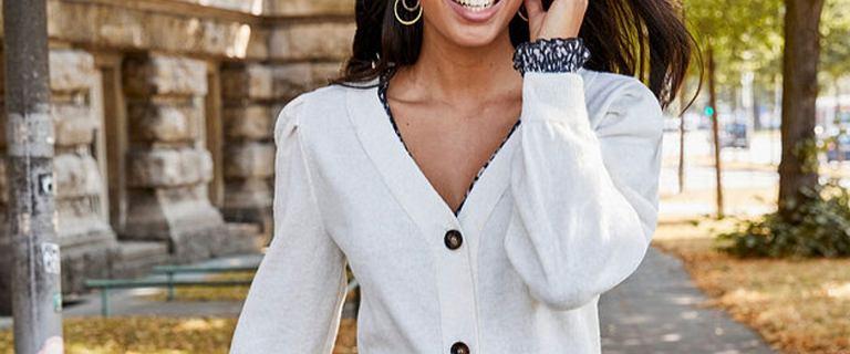 Latem taki sweterek to hit! Biały model jest bardzo kobiecy i podkreśli opaleniznę