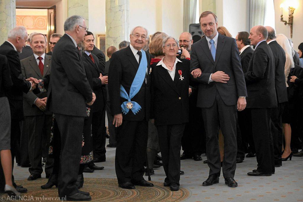 Andrzej Wajda otrzymuje Order Orła Białego z rąk prezydenta Bronisława Komorowskiego / SŁAWOMIR KAMIŃSKI