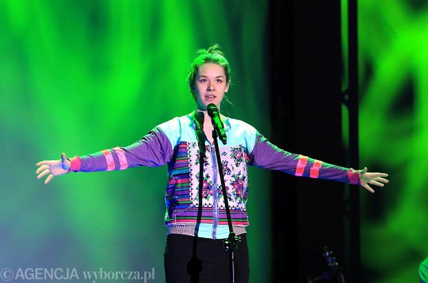 """Karolina Czarnecka kilka lat temu śpiewała """"Hera, koka, hasz, LSD"""". Teraz pokazała zupełnie nową piosenkę """"Módl się za nami"""" oraz teledysk, na którym nie przypomina dawnej siebie."""