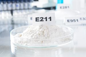 Benzoesan sodu, czyli E 211. Kiedy należy uważać na ten składnik?