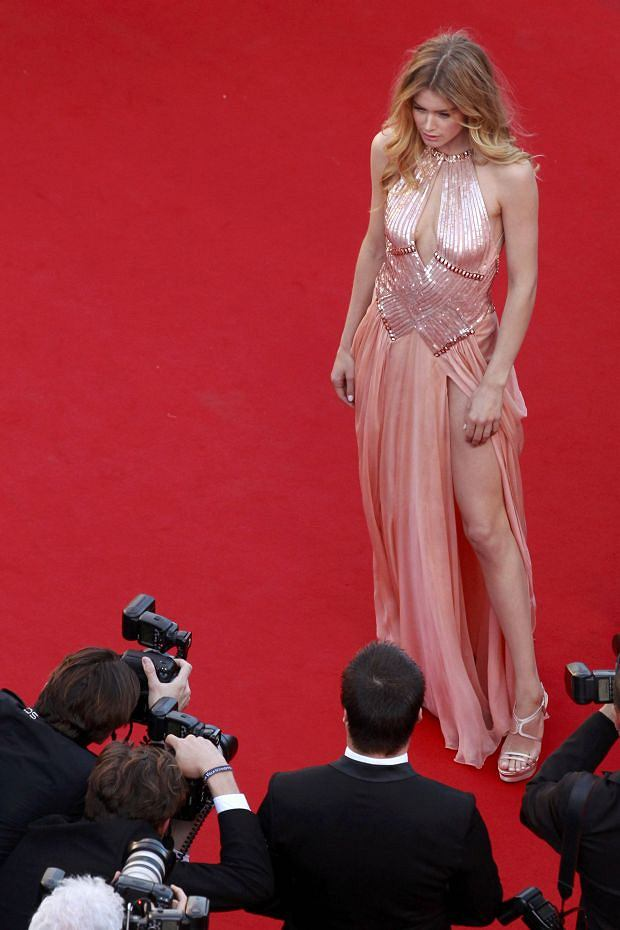 Model Doutzen Kroes poses for photographers on the red carpet as she arrives for the screening of the film 'Le Passe' (The Past) in competition during the 66th Cannes Film Festival in Cannes May 17, 2013.      REUTERS/David Azia/Pool  (FRANCE  - Tags: ENTERTAINMENT FASHION)