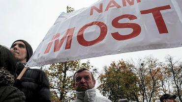 Pikieta mieszkańców Wronek przed Urzędem Wojewódzkim