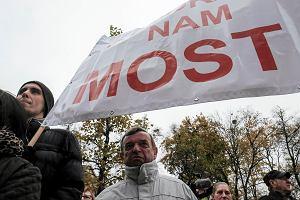 """Mieszkańcy Wronek pikietowali przed urzędem wojewódzkim: """"Żeby na Wszystkich Świętych most był otwarty"""""""