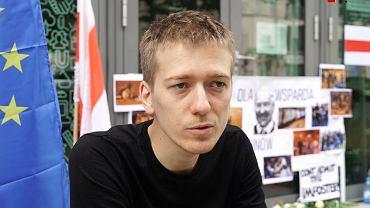 Białoruś. Maksym Czerniawski, uchodźca polityczny z Białorusi podczas protestu głodowego pod biurem Komisji Europejskiej w Warszawie