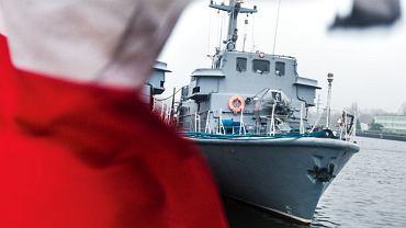 """ORP Bukowo w Porcie Wojennym w Świnoujściu. Marynarze nazywają te trałowce piłeczkami pingpongowymi, bo już na niewielkiej fali mocno się kołyszą i """"skaczą"""""""