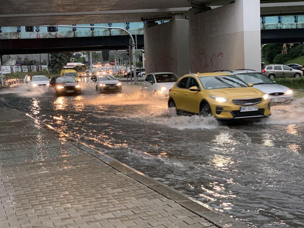 Burza w Warszawie. Skrzyżowanie ul. Kasprzaka z Al. Prymasa Tysiąclecia zalane