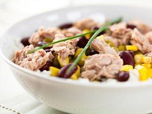 Sałatka majonezowa z ryżem i tuńczykiem