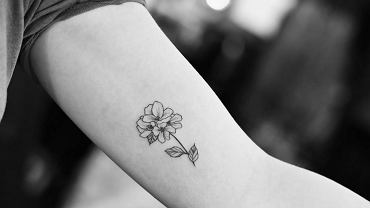 Delikatne kwiatowe tatuaże