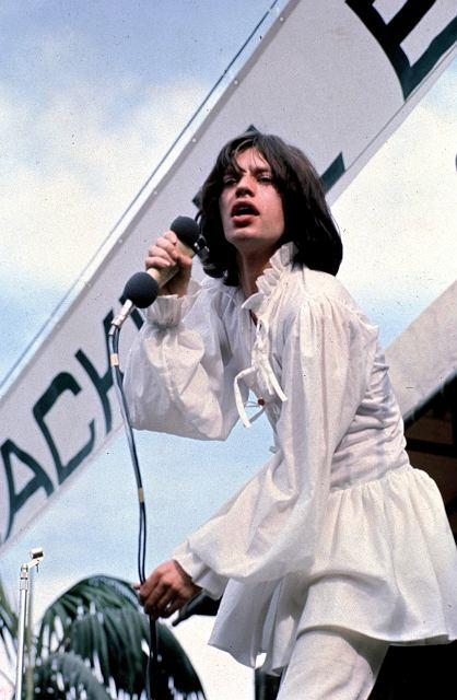 Zaledwie dwa dni po tajemniczej śmierci Briana Jonesa w lipcu 1969  roku Mick w swojej 'sukni balowej' występuje wraz z pozostałymi Stonesami na darmowym koncercie w Hyde Parku, ktory przyciągnął widownię liczącą ponad dwieście pięćdziesiąt tysięcy ludzi