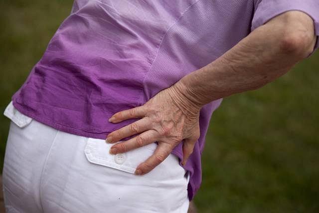 Zwężenie szpary stawu biodrowego może oznaczać początek choroby zwyrodnieniowej, a ta częściej atakuje kobiety po 50. roku życia