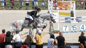 Wszechstronny Konkurs Konia Wierzchowego (WKKW) to jeden z najbardziej widowiskowych i emocjonujących sportów konnych, wspierany przez Międzynarodową Federację Jeździecką (FEI) i należący do dyscyplin olimpijskich. Te prestiżowe zawody zawitały do Trójmiasta. Zobacz zdjęcia