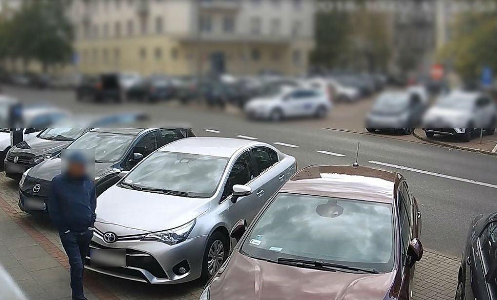 Śródmieście. Zuchwała kradzież ponad 120 tys. złotych z tylnego siedzenia samochodu