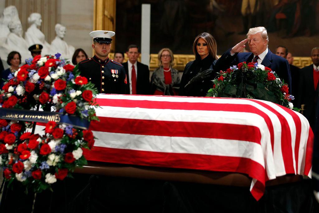 Prezydent Donald Trump i jego żona złożyli hołd nad trumną George'a H.W. Busha