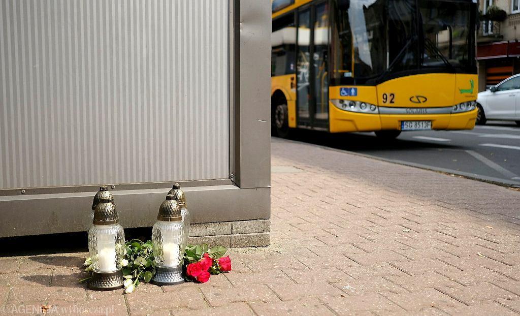 Katowice, ul. Mickiewicza. Znicze po wypadku na przystanku autobusowym