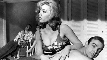 Margaret Nolan nie żyje. Na zdjęciu: aktorka i Sean Connery jako James Bond,  'Goldfinger' 1964