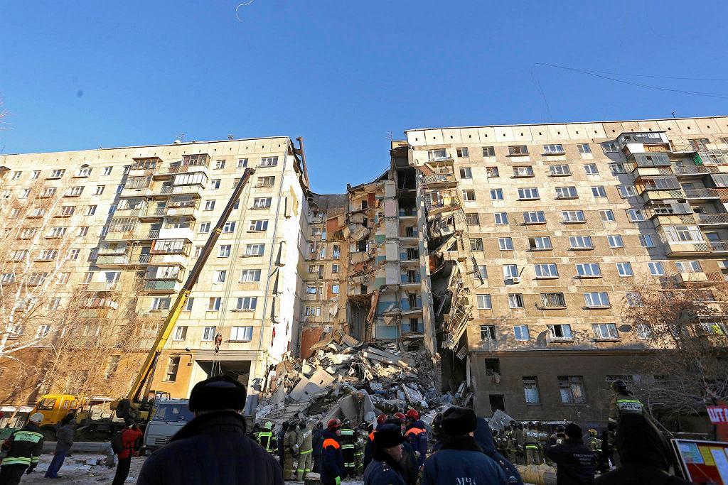 Ratownicy podczas pracy na miejscu eksplozji w Magnitogorsku.