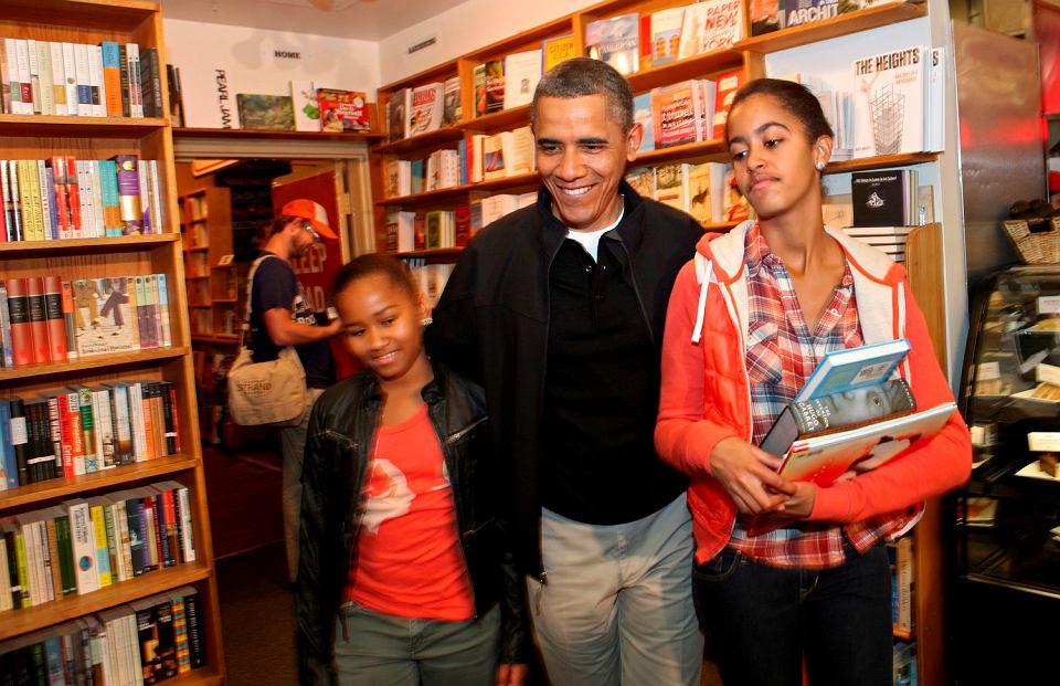 Barack Obama z córkami: Sashą i Malią w księgarni.