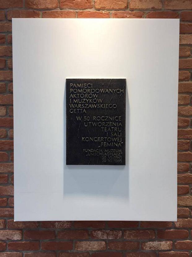 Tablica upamiętniająca artystów sceny teatru Femina