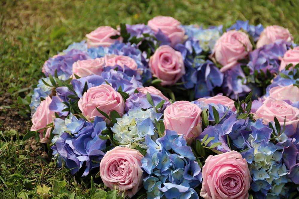 Dekoracje na nagrobek na Wszystkich Świętych - hortensje i róże. Zdjęcie ilustracyjne